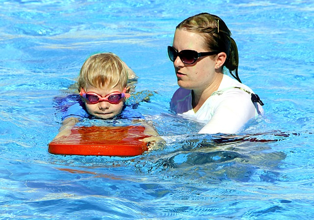 niño piscina photo